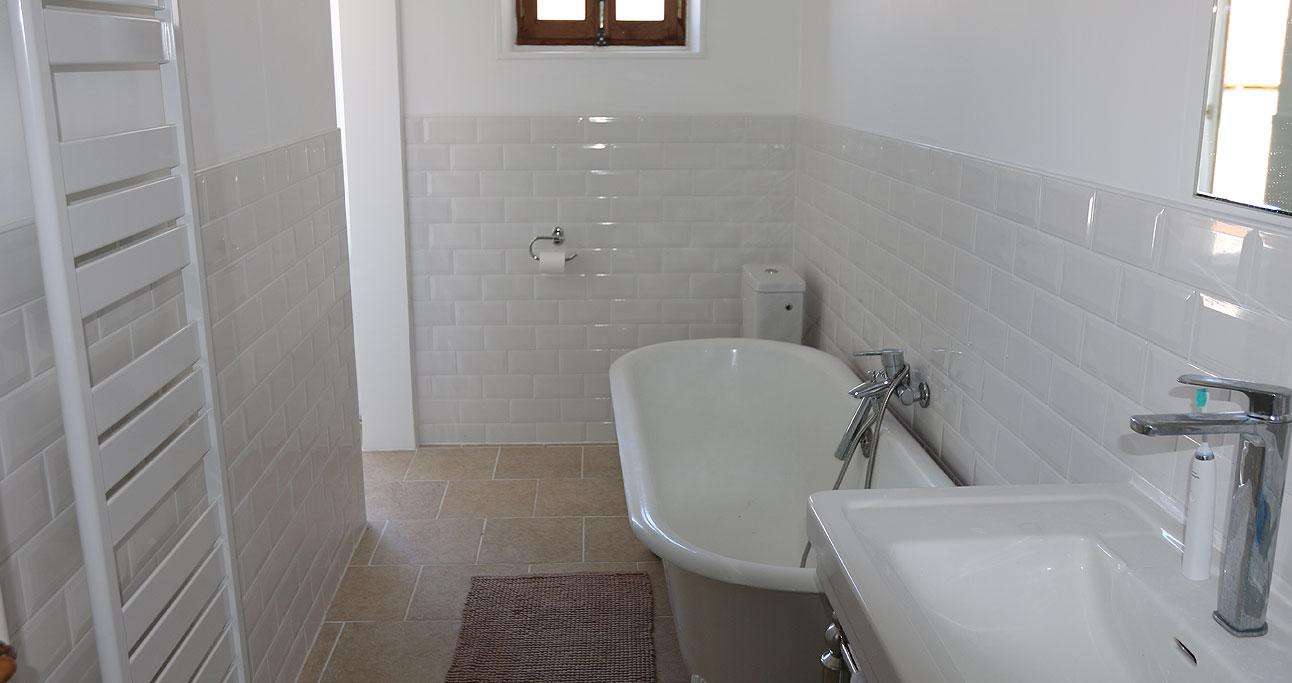 Farmhouse-1292x683_Bath1_01